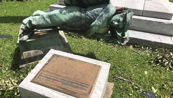 El pedestal está vacío y la estatua de la Confederación está hecha pedazos. (Foto: AP)