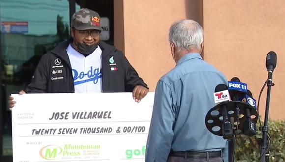 Maestro de 77 años que vive en su auto recibe US$27.000 recolectados por sus exalumnos. (Foto: FOX 11 Los Angeles)