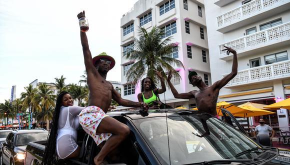 La gente disfruta mientras conduce en Ocean Drive en Miami Beach, Florida, el 14 de julio de 2020. (AFP / CHANDAN KHANNA).