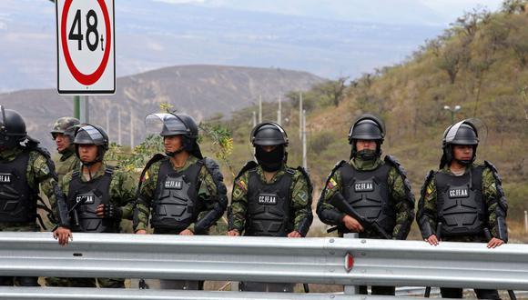 Soldados montan guardia a las afueras de Quito en medio de las protestas contra las políticas económicas del gobierno del presidente de Ecuador Lenín Moreno. (AFP).