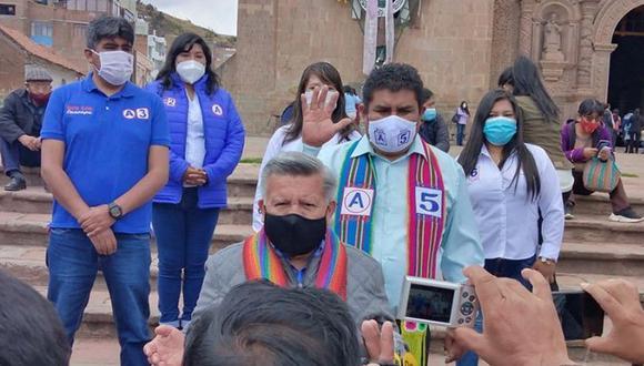 La candidata al Congreso con mascarilla celeste junto a César Acuña en una actividad en Puno a inicios de este mes. Un año antes, a Yeny Quispe Quiquijana -la número 6 de la lista de APP- fue detenida con 11.970 kilos de cocaína en un terminal de Tacna. (Foto: Facebook APP Puno)