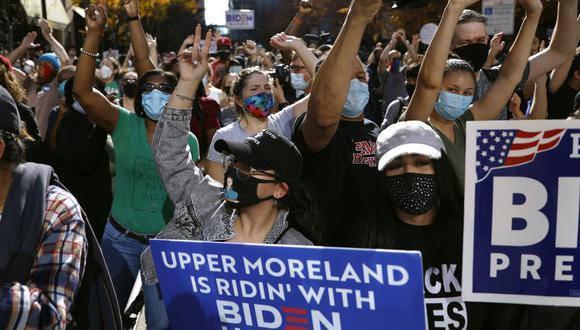 Una multitud festeja frente al Centro de Convenciones de Pensilvania el sábado 7 de noviembre de 2020, en Filadelfia, después de que el demócrata Joe Biden derrotó al presidente Donald Trump para convertirse en el 46to mandatario de Estados Unidos. (AP Foto/Rebecca Blackwell).