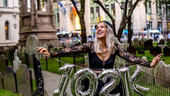 Una joven de Nueva York celebró el haber pagado más de US$100.000 en préstamos estudiantiles con una sesión fotográfica en un cementerio | Foto: Facebook / Mandy Velez