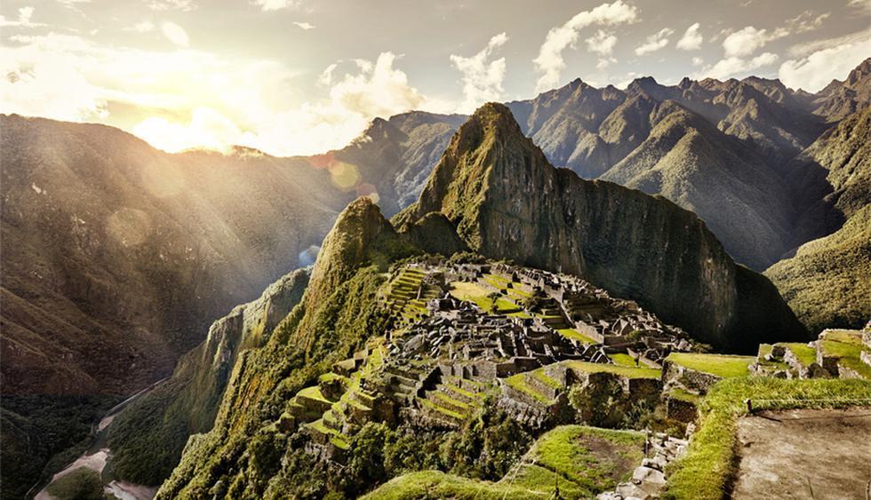 Puerta del Sol, Machu Picchu, Perú. El pico del Huayna Picchu domina la composición. La luz cada vez más fuerte resalta el resplandor de los verdes y destaca los detalles de la ciudadela, como los templos dedicados a Inti, el dios del sol. Ver el ata