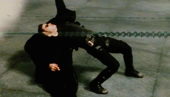 Un músico callejero imitó la famosa pose de esquivando balas que inmortalizó Keanu Reeves en la cinta 'Matrix'   Foto: Warner Bros Pictures