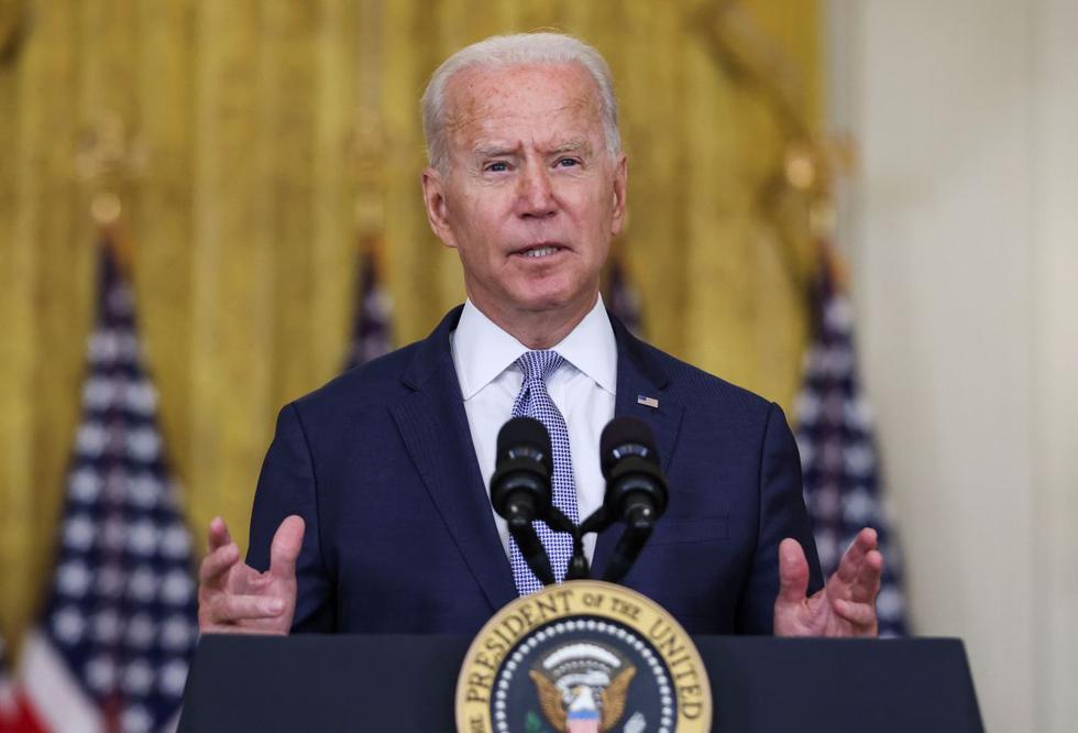 """""""Sacaremos a nuestra gente y nuestros aliados lo antes posible, y luego de completar esto, terminaremos con la guerra más extensa de EEUU. Estos eventos son prueba de que ningún presencia militar en Afganistán marca la diferencia. Nuestra misión tuvo muchos errores en Afganistán. No voy a engañar a los estadounidenses diciendo que un tiempo más en Afganistán marcará la diferencia"""", dijo Joe Biden cuando habló este lunes sobre el retiro de sus tropas del país asiático. (Foto: REUTERS/Evelyn Hockstein)"""