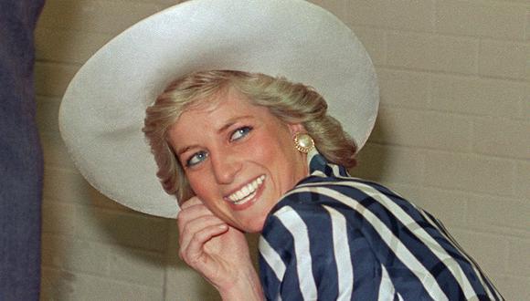 """""""Diana supo aprovechar la persecución de la prensa para orientar su atención hacia los temas que ella quería difundir"""", sostiene el diseñador Roger Loayza. Aquí, la Princesa de Gales en una estampa de 1988. Foto: AFP."""