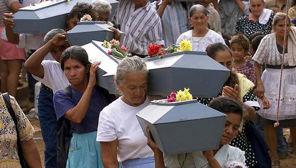 Mujeres campesinas cargan ataúdes con osamentas de sus familiares quienes fueron victimas de la masacre de El Mozote perpetrada por el ejército de El Salvador en 1981. (Foto: YURI CORTEZ / AFP).