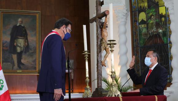 El presidente Martín Vizcarra tomó juramento al nuevo ministro del Interior, César Gentille, este jueves. (Foto: Andina)