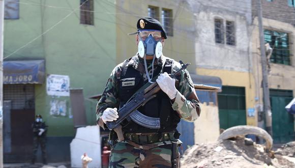 La Policía Nacional del Perú a distribuido a su personas respiradores con filtros que llevan válvulas de exhalación. Esta fotografía fue tomada el pasado 12 de abril en los alrededores de La Parada, en La Victoria (Foto: El Comercio/Jesús Saucedo)