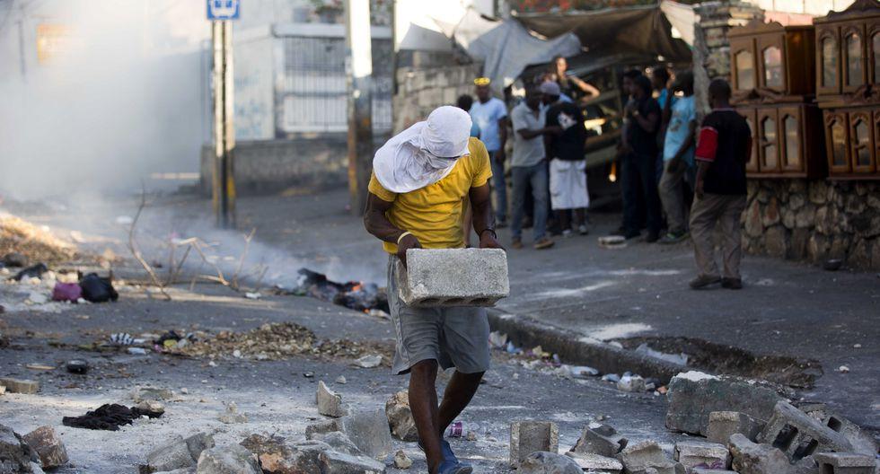 Haití, donde más del 50% de la población sobrevive con menos de 2 dólares diarios, vive una severa crisis económica y de electricidad derivada de la depreciación de la moneda y la escasez de gasolina. (AP)