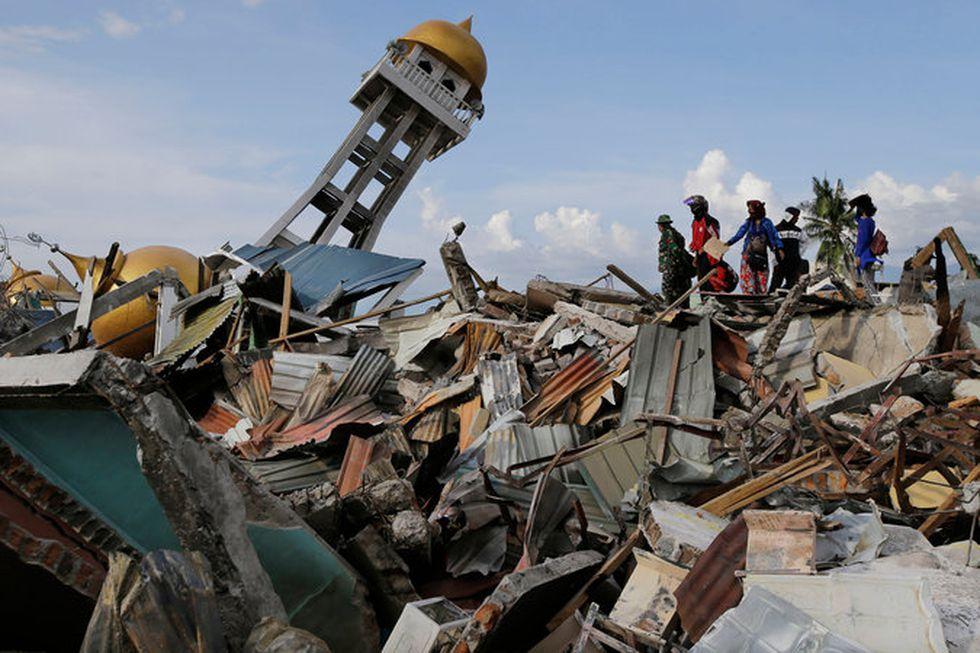 Los habitantes de Palu a la espera de tener noticias sobre el paradero de familiares y amigos desaparecidos. (Aaron Favila / Associated Press).