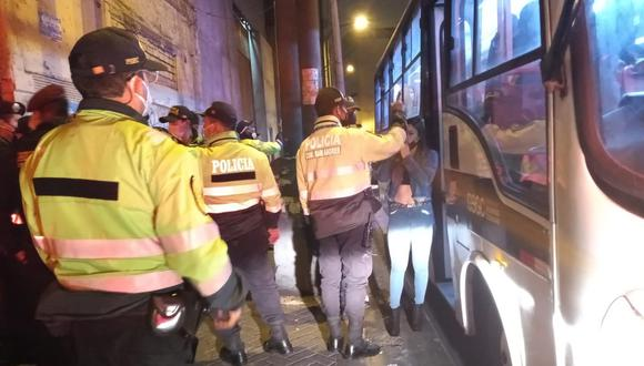 Los intervenidos en la fiesta prohibida fueron conducidos en buses del Serenazgo de Lima hasta la comisaría de San Andrés   Foto: Municipalidad de Lima