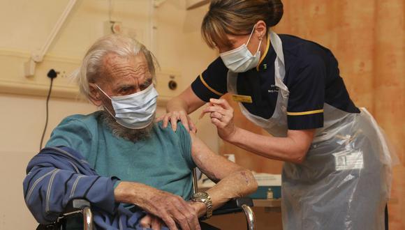 Trevor Cowlett, de 88 años, recibe la vacuna AstraZeneca Plc contra el coronavirus en el Hospital Churchill en Oxford, Reino Unido. (Foto: Steve Parsons / PA Wire / Bloomberg).