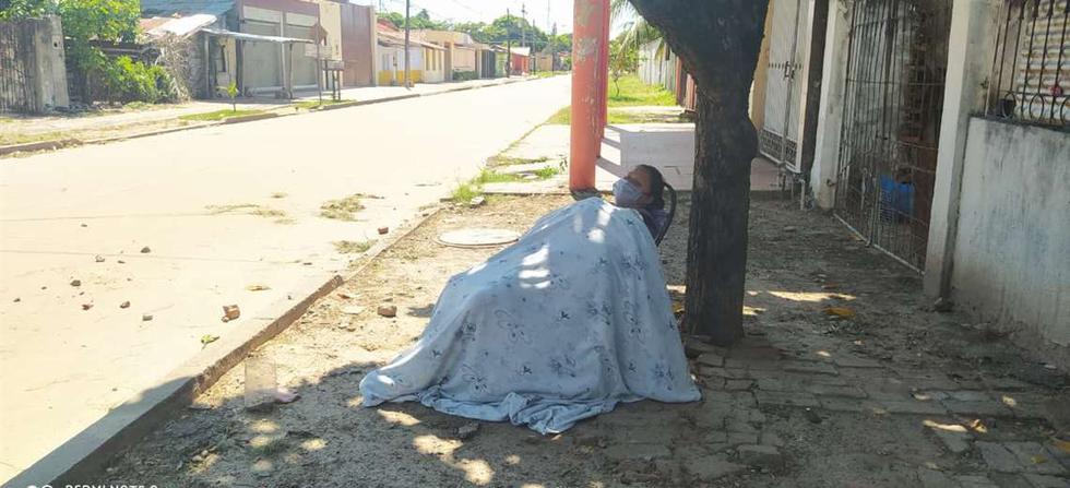 Su familia la deja en la calle creyendo que tiene coronavirus y Bolivia entera expresa su indignación. (Foto: ElDeber)