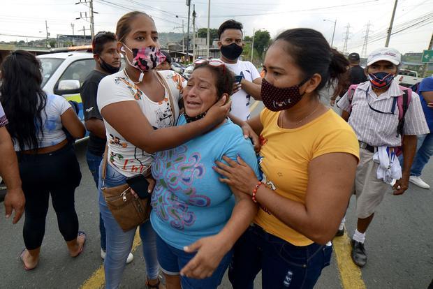 Familiares de los presos en el Centro de Privación de Libertad Zona 8 de Guayaquil. (Foto de Marcos Pin Mendez / AFP).