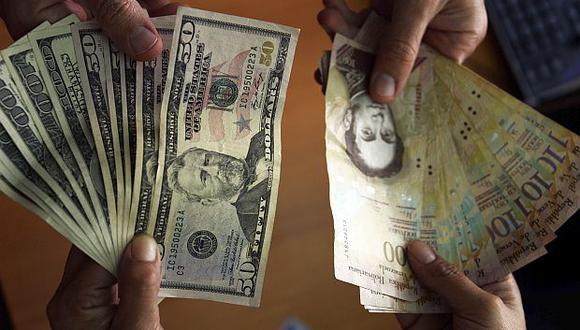 Lacotización del dólar se situaba en 7.640,61 bolívares soberanos en Venezuela este miércoles. (Foto: AFP)