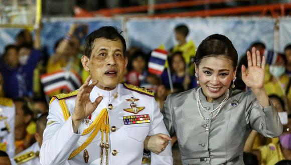 El rey de Tailandia Maha Vajiralongkorn y la reina Suthida en las afueras del Gran Palacio de Bangkok. (Foto: Jack TAYLOR / AFP)