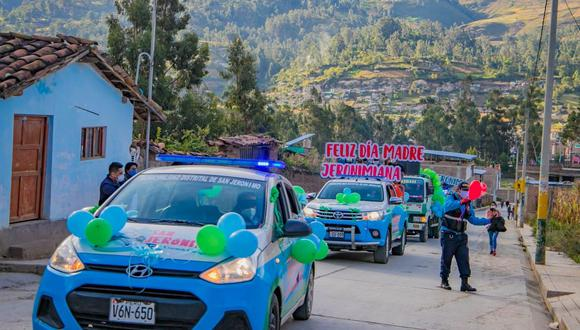 Varios autos y camionetas fueron adornados con mensajes alusivos al Día de la Madre. (Foto: Carlos Peña)