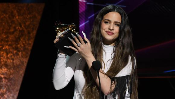 """Spanish singer-songwriter Rosalia accepts the award for Best Latin Rock, Urban or Alternative Album for """"El Mal Querer"""" during the 62nd Annual Grammy Awards pre-telecast show on January 26, 2020, in Los Angeles. (Photo by Robyn Beck / AFP)"""