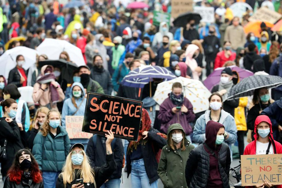 Un manifestante sostiene un cartel mientras los activistas de Fridays for Future protestan en Berlín, Alemania. (REUTERS/Hannibal Hanschke).
