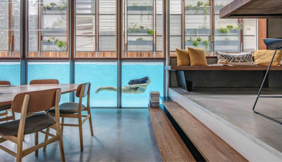 Aquí vemos una piscina techada que se conecta visualmente con los ambientes sociales de la vivienda. (Foto: CplusC Architectural Workshop)