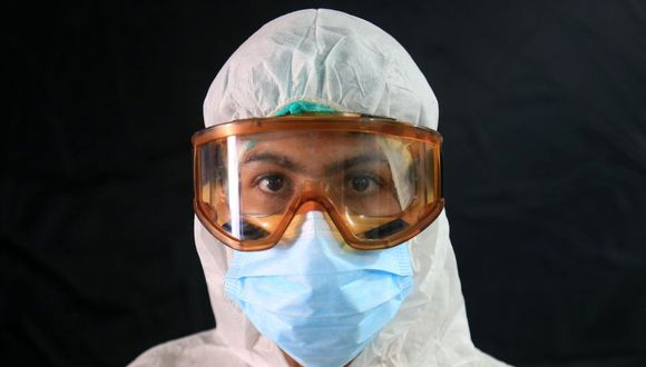 Sajjad Gassem, médico de un centro de salud construido en 15 días para tratar casos de coronavirus COVID-19 en la ciudad sagrada de Karbala, en Irak. (Foto: Mohammed SAWAF / AFP).