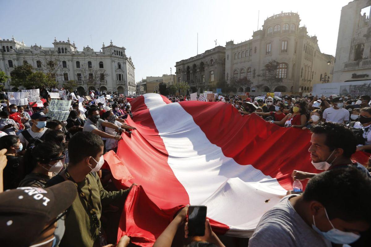 Los manifestantes que llegaron a la Plaza San Martín desplegaron una gran bandera mientras protestaban contra la actual gestión presidencial. (Foto: Violeta Ayasta / GEC)