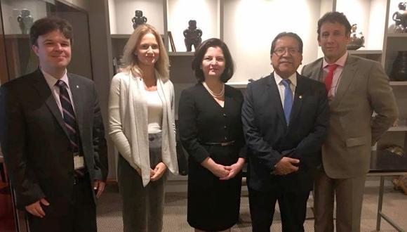 La procuradora general de Brasil, Raquel Dodge (al centro) se reunió con Pablo Sánchez, fiscal de la Nación, y Alonso Peña Cabrera, jefe de la Unidad de Cooperación Internacional de la Fiscalía. (Twitter: Ministerio Público)