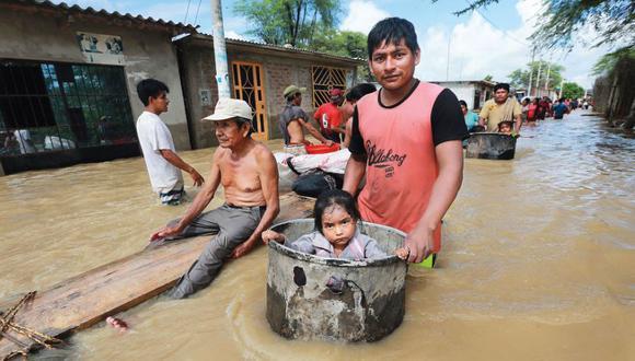 Los vecinos de Pedregal Grande, en Catacaos, caminaron 15 cuadras y usaron ollas como balsas para escapar de las áreas inundadas.