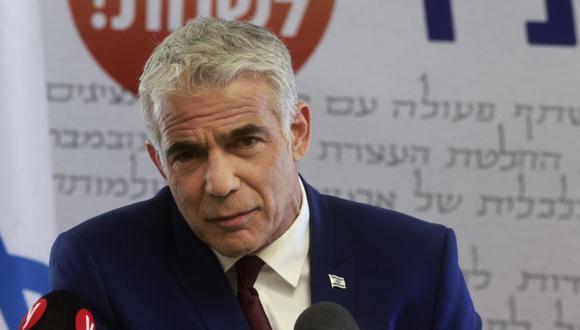 El líder del partido israelí Yesh Atid, Yair Lapid, ofrece una declaración en la oficina de su partido en la Knesset, el Parlamento de Israel, en Jerusalén el 7 de junio de 2021. (Foto de Menahem KAHANA / AFP).