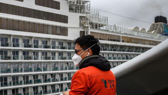 Más de 7 mil personas no pueden desembarcar de dos buques de lujo atracados en Japón y Hong Kong debido a infectados con el virus de Wuhan a bordo, lo cual ha convertido un viaje de placer en un encierro en el que se busca cómo matar el tiempo con la incertidumbre a cuestas. (AFP)