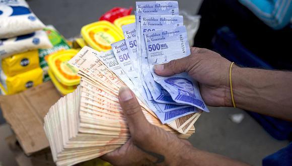 El dólar se negociaba por encima de los 4 millones de bolívares en Venezuela este fin de semana. (Foto: AFP)