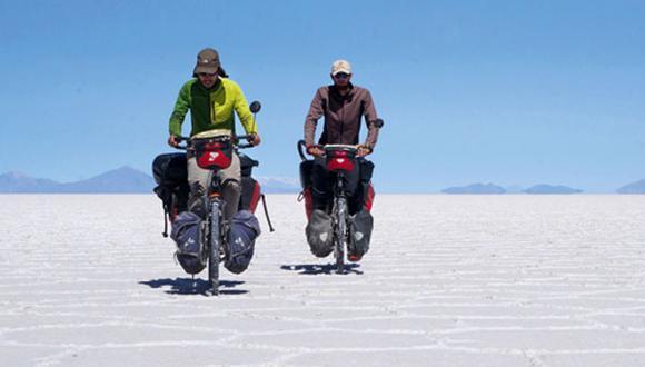 Documentalistas recorren el continente en bicicleta