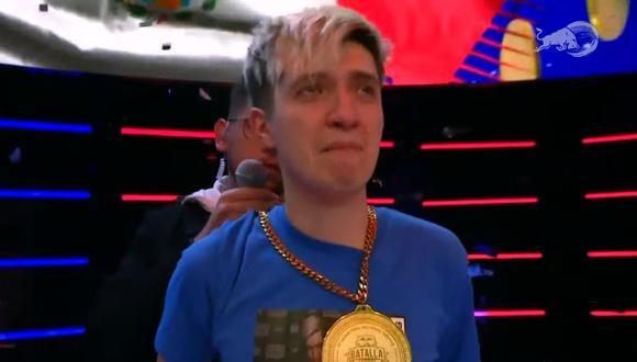 Un visiblemente emocionado Skiper recibe la medalla que lo certifica como el ganador de la Red Bull Batalla Final Nacional México 2021. (Fuente: Red Bull Batalla/YouTube)