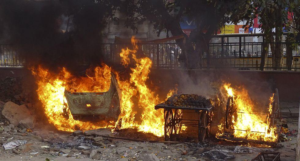 Los carros de vendedores ambulantes se incendian después de los enfrentamientos entre dos grupos en Nueva Delhi. (Foto: AP)