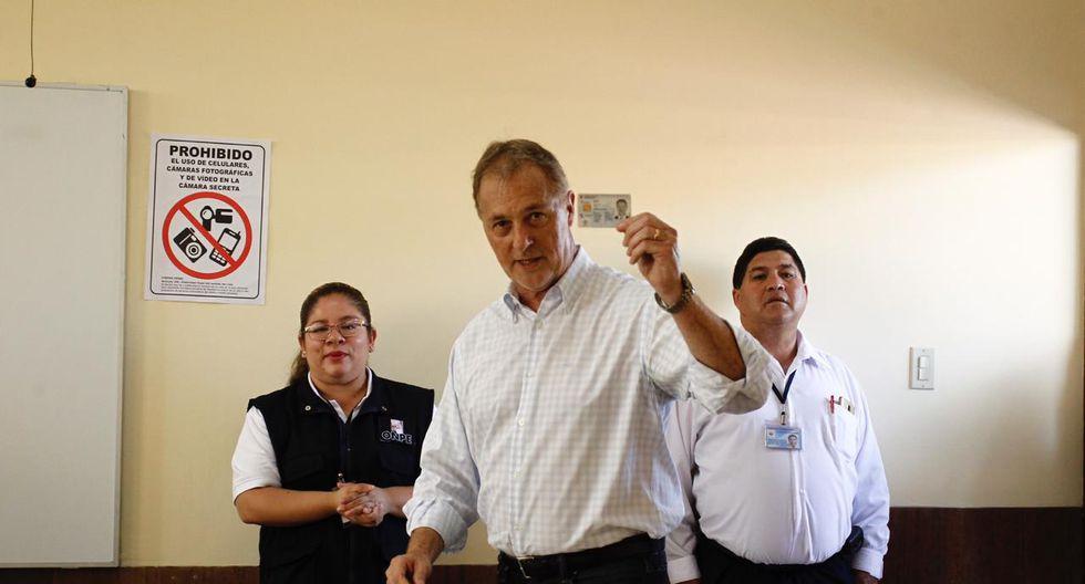 El alcalde de Lima, Jorge Muñoz, llegó esta mañana hasta el colegio Nuestra Señora del Carmen, ubicado en el distrito de Miraflores, a ejercer su voto. (Foto: Leandro Britto/GEC)