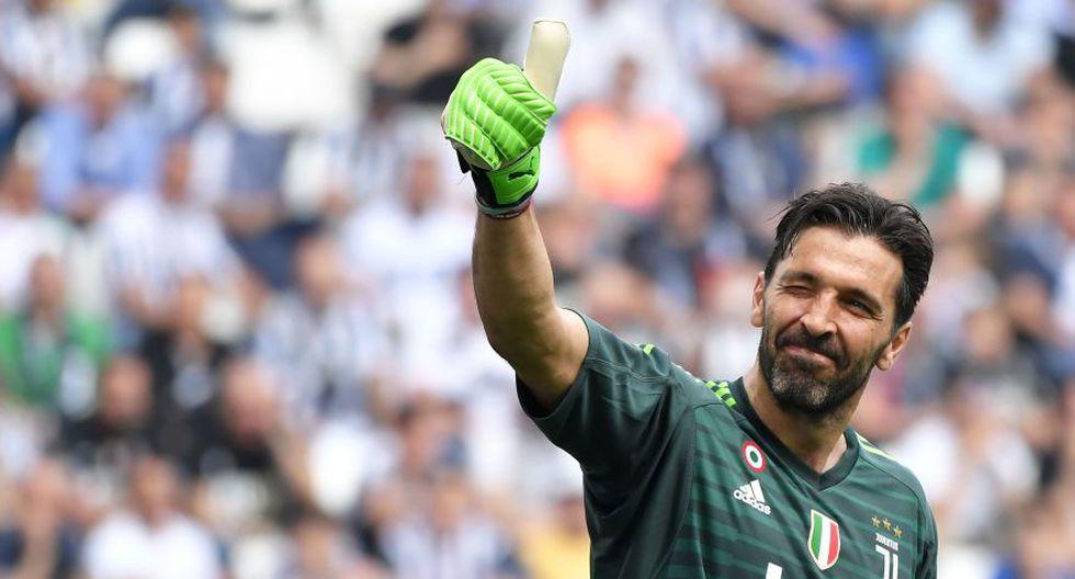 Gianluigi Buffon realizando un singular gesto hacia las tribunas en su último partido como guardameta de la Juventus. (Foto: AFP)