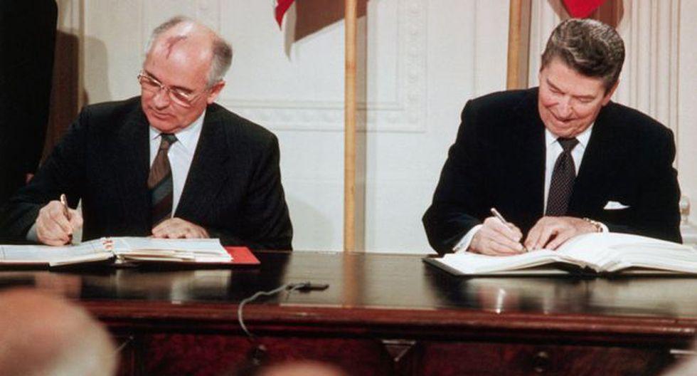 El presidente de la URSS, Mijaíl Gorbachov, y el de Estados Unidos, Ronald Reagan, firman el tratado INF el 8 de diciembre de 1987 en Washington.