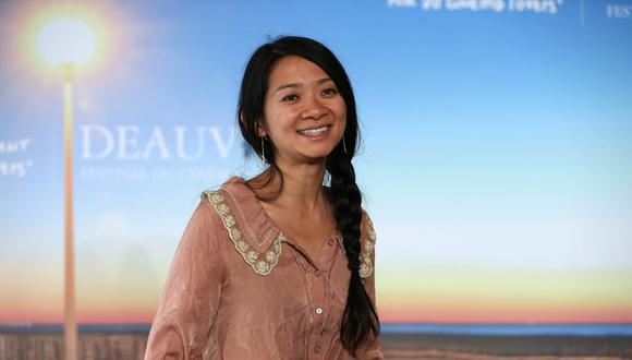 """La realizadora Chloé Zhao se llevó el gran premio de la noche con su película """"Nomadland"""". La realizadora es la favorita para la categoría de Mejor director en los premios Oscar. (Foto: Charly Triballeau/AFP)"""