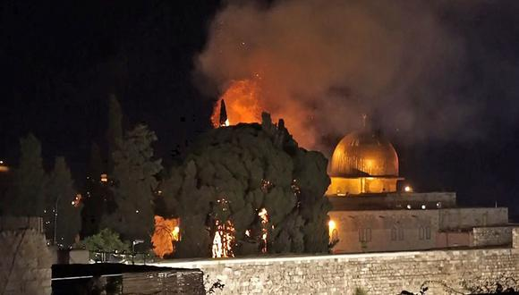 Una captura de un video de AFPTV muestra un árbol en llamas cerca de la mezquita de la Cúpula de la Roca de Jerusalén. (Foto de Claire GOUNON / AFPTV / AFP).