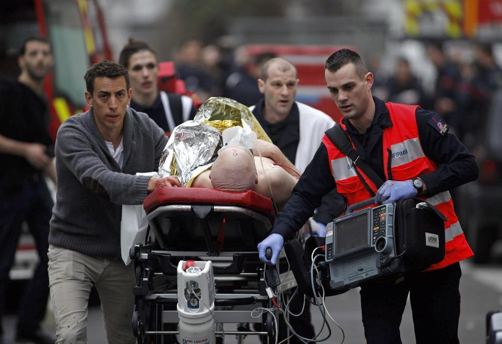Ataque del 7 de enero de 2015. Una persona herida es evacuada frente a la oficina del periódico satírico francés Charlie Hebdo, en París. (AP/Thibault Camus).