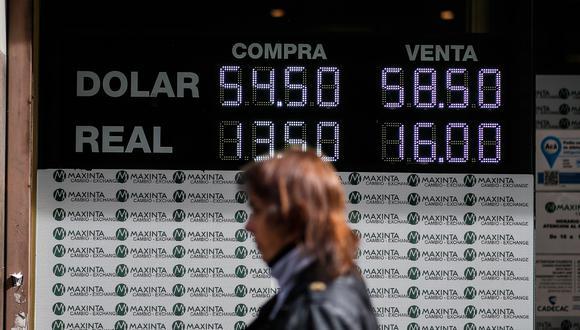 El dólar cerró por quinta jornada consecutiva a 57 pesos para la venta, mientras marca 54 para la compra en el estatal Banco Nación. (Foto: EFE)