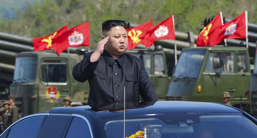 Kim Jong-un saluda a las tropas durante los entrenamientos. (AFP/KCNA).