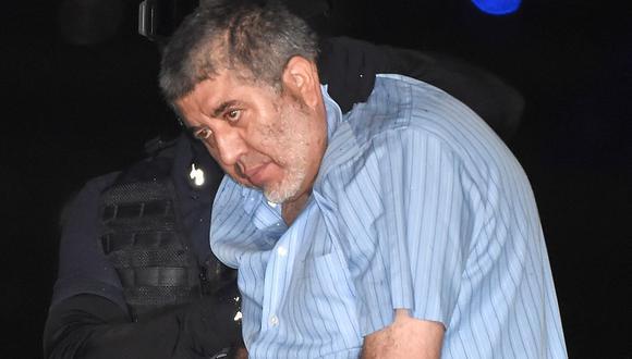 En esta foto de archivo tomada el 9 de octubre de 2014, el narcotraficante mexicano Vicente Carrillo Fuentes es escoltado por un policía en la Ciudad de México. (RONALDO SCHEMIDT / AFP).