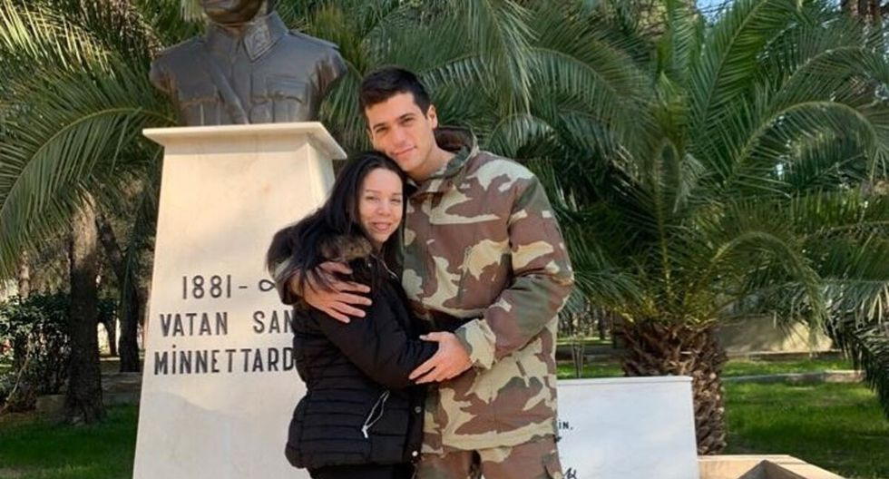 En la imagen se ve el impresionante cambio de look de la estrella turca, quien luce un nuevo corte de cabello, vestido con el uniforme militar. (Foto: Instagram)