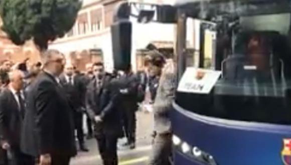 Gerard Piqué se dio un tremendo golpe con el espejo retrovisor del vehículo por estar muy al pendiente de su celular. (Foto: captura de pantalla)