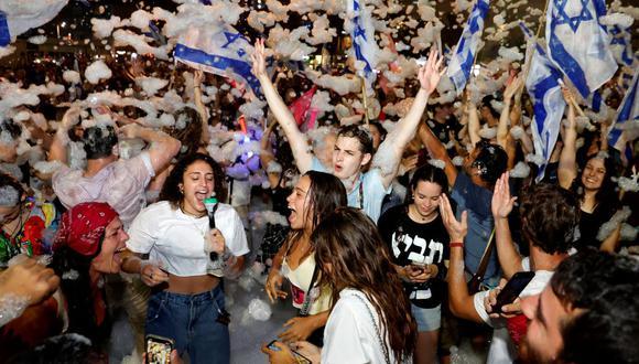 Los manifestantes celebran en Tel Aviv con espuma la aprobación de una votación de la Knesset que confirma un nuevo gobierno de coalición en Israel. (JACK GUEZ / AFP).