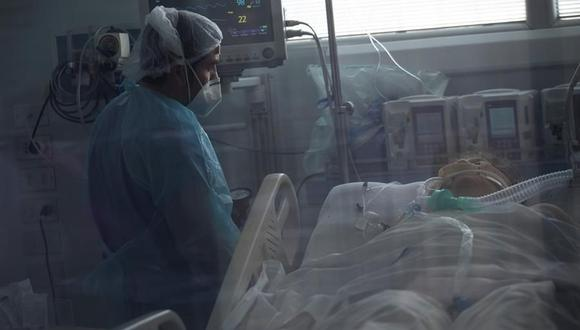 Personal sanitario atiende a un paciente afectado por coronavirus COVID-19 en la Unidad de Cuidados Intensivos del Hospital Clínico de la Universidad de Chile. (EFE/ Alberto Valdes).