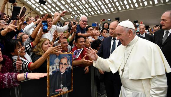 El papa Francisco señaló que evitó que besen su anillo para evitar la difusión de gérmenes. (Foto: EFE)
